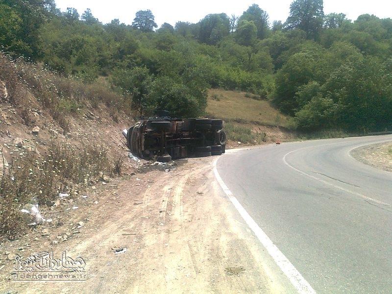 واژگونی یک دستگاه کامیون در پیچ مرگ جاده ساری – کیاسر+تصاویر