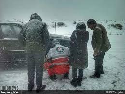 امداد رسانی هلال احمر به خودروهای گرفتار در برف مسیر فولادمحله - کیاسر