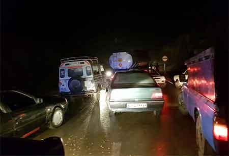 برخورد یک دستگاه تریلر با کوه و ترافیک شدید در جاده سمنان به کیاسر