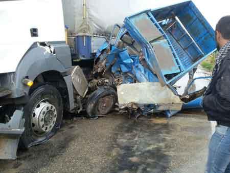 تصادف شدید نیسان و کامیون در محور ساری - کیاسر