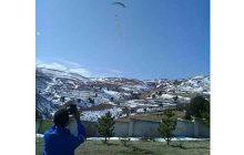 فیلم: پرواز پرچم مقدس جمهوری اسلامی ایران در آسمان روستای اراء