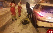 امدادرسانی به ۱۸۵ خودروی گرفتار در برف در جاده ساری به سمنان +تصاویر