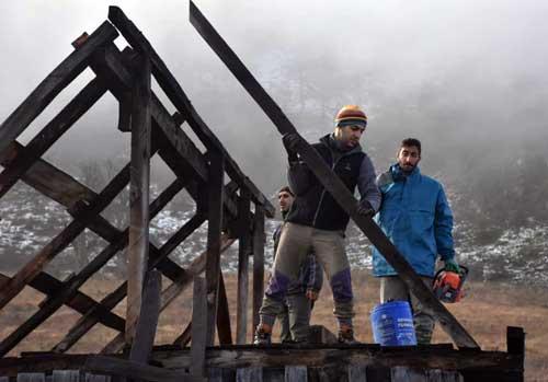 گزارش روند بازسازی اقامتگاه چوبی محیط بانان در ارتفاعات پارک ملی کیاسر
