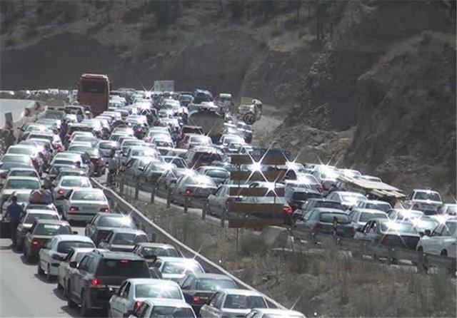 ترافیک پرحجم و سنگین در محورهای هراز و کندوان / بارش خفیف برف در ارتفاعات