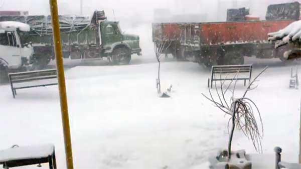 جاده ساری -کیاسر -سمنان مسدود/ برق تعدادی روستا قطع