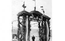 تصویر قدیمی: ساخت طاق نصرت در ورودی روستای ترم ساری در قبل از انقلاب
