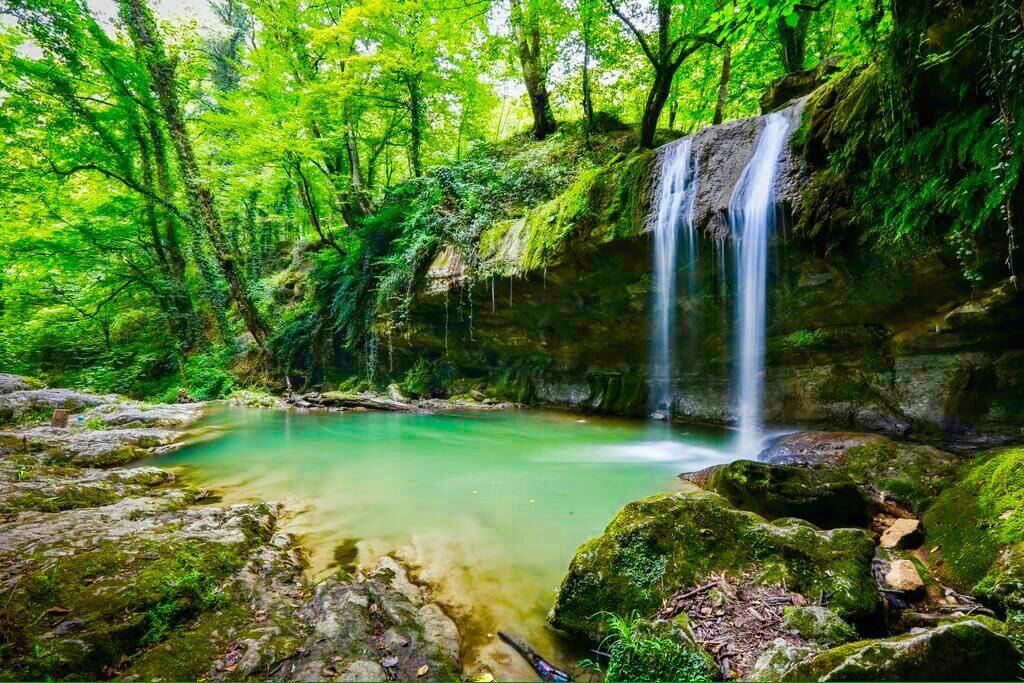 بازگشت به شیطنتهای کودکی زیر آبشار هفت تیرکن سوادکوه
