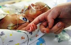 والدین نوزاد چالوسی: فرزندمان به خاطر سهلانگاری کادر پزشکی آسیب دید