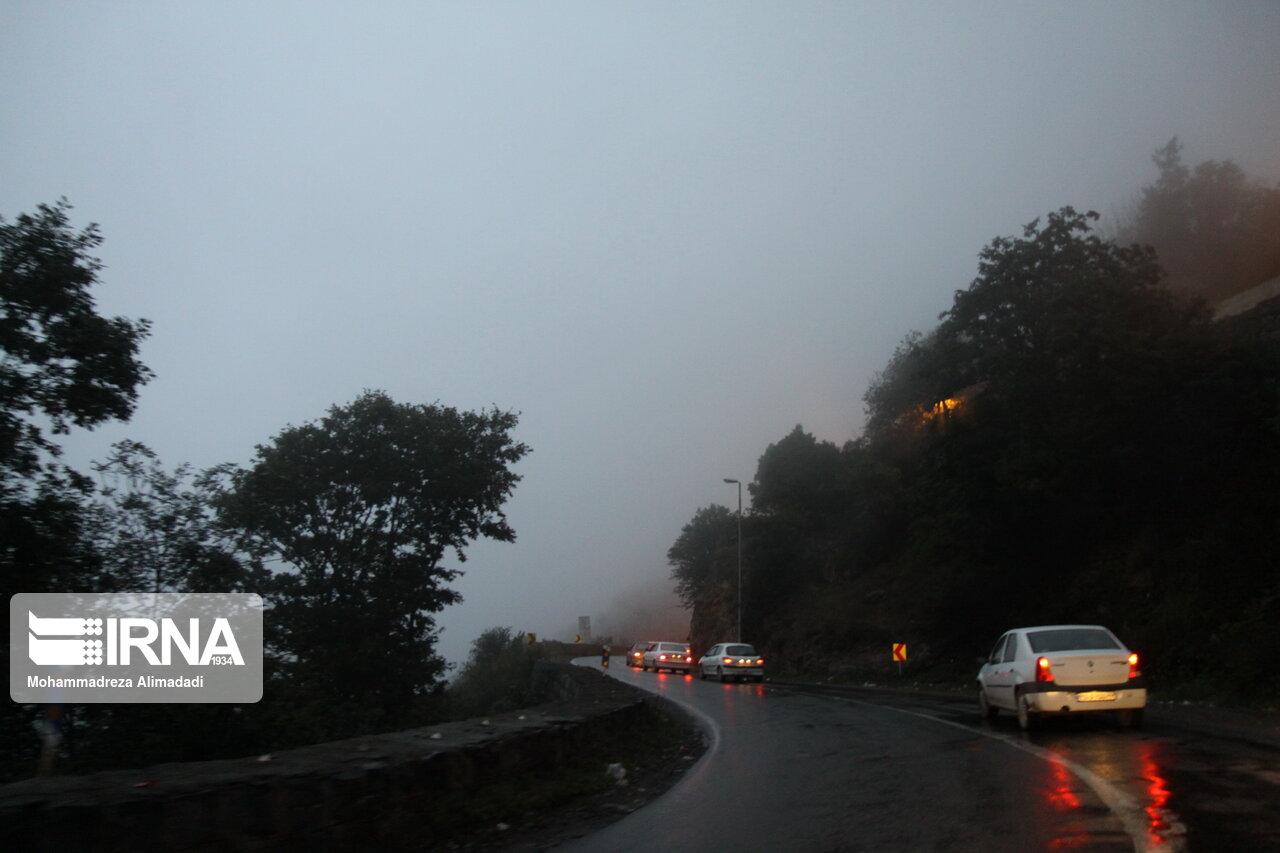 ترافیک در جادههای مه آلود مازندران سنگین است