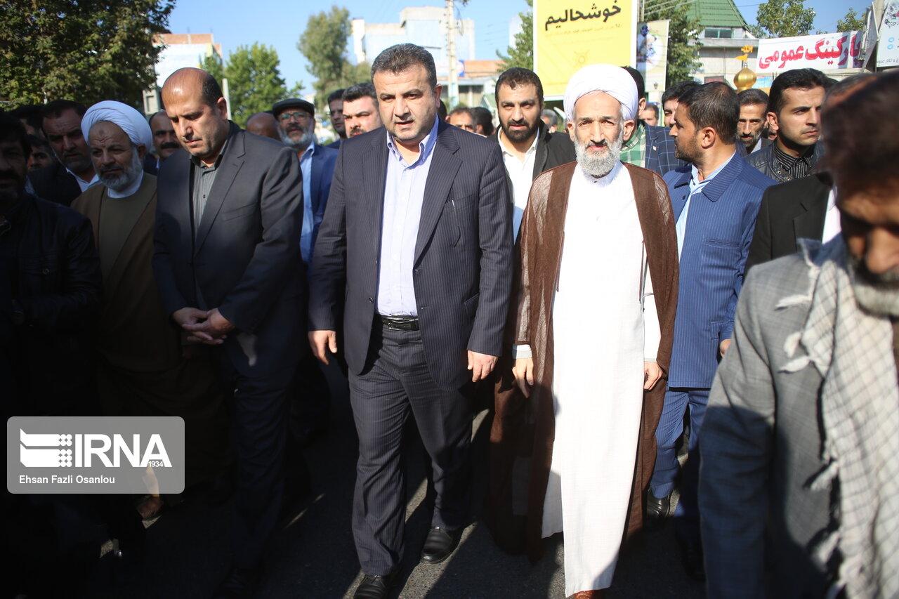 غبارروبی گلزار شهدا توسط نماینده جدید ولی فقیه در مازندران