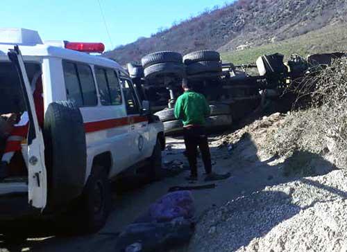 دو مصدوم در تصادف خودرو پژو و کامیون در محور کیاسر+تصاویر