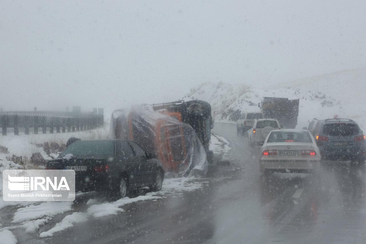بارش برف، ترافیک در جادههای مازندران را پُرحجم کرد