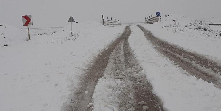برفی و لغزنده بودن ارتفاعات محورهای مازندران/ ممانعت از ورود هزار خودرو