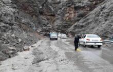 ریزش سنگین کوه در جاده چالوس/ محور مسدود شد