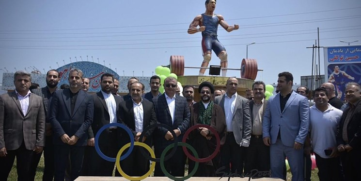 رونمایی از تندیس پهلوان حسین توکلی در محمودآباد