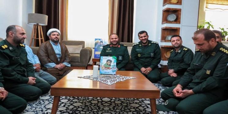 فرمانده لشکر عملیاتی ۲۵ کربلا با خانواده شهید مدافع حرم سعید کمالی دیدار کرد+تصاویر