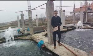 این مرد به جوانان شهرش ماهیگیری میآموزد!