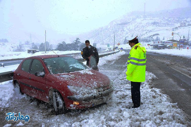 حضور پلیس راهور در جاده های برفگیر مازندران + گزارش تصویری