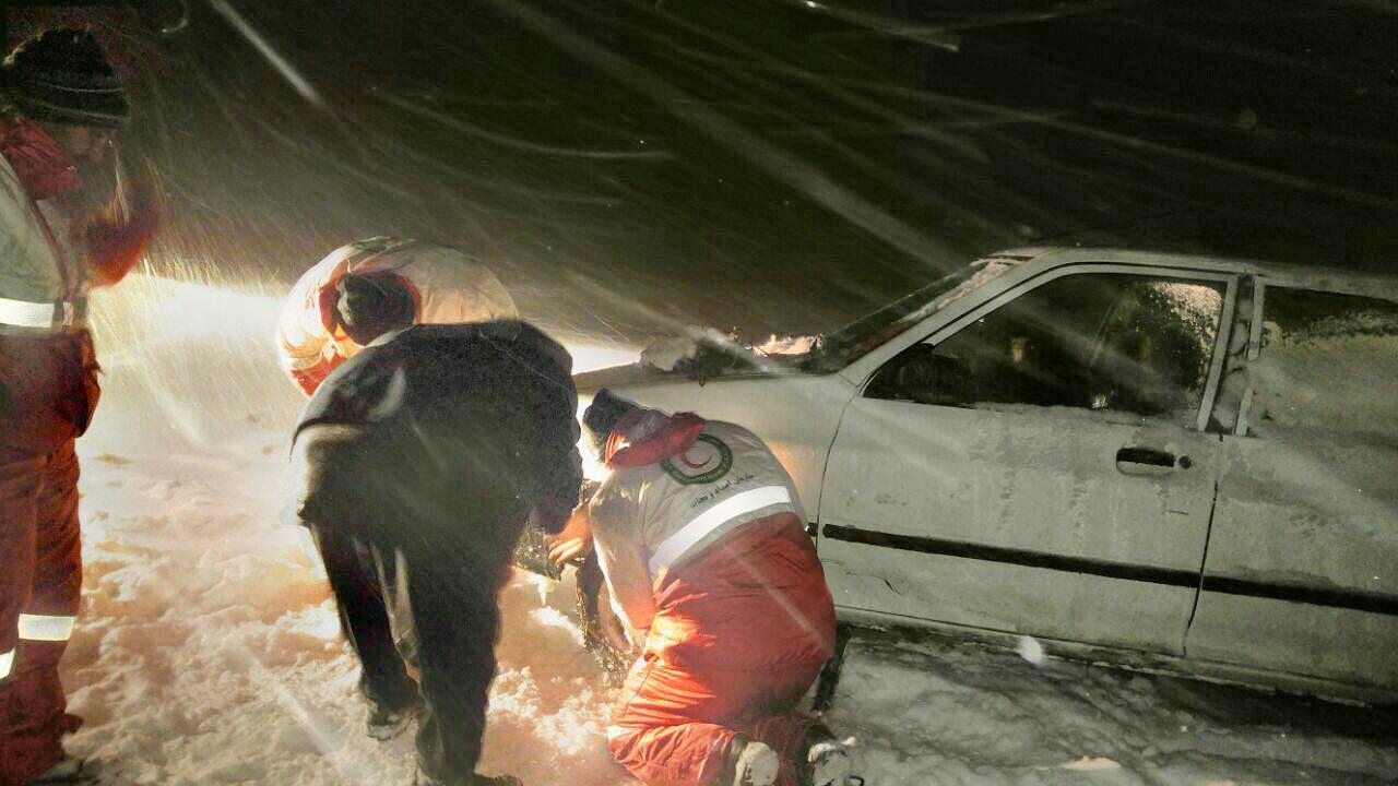 امدادرسانی به سرنشینان ٢ هزار و ٣۶ دستگاه خودرو در محاصره برف در مازندران