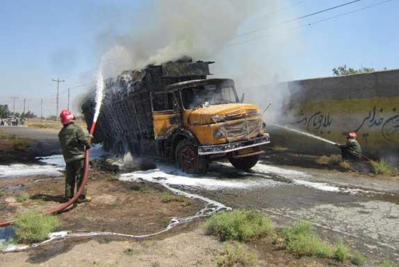 فوری: آتش سوزی شدید یک دستگاه کامیون در جاده کیاسر
