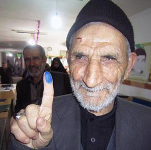 حضور مشتی اسماعیل، پیرمرد روشن دل کیاسری در انتخابات+عکس