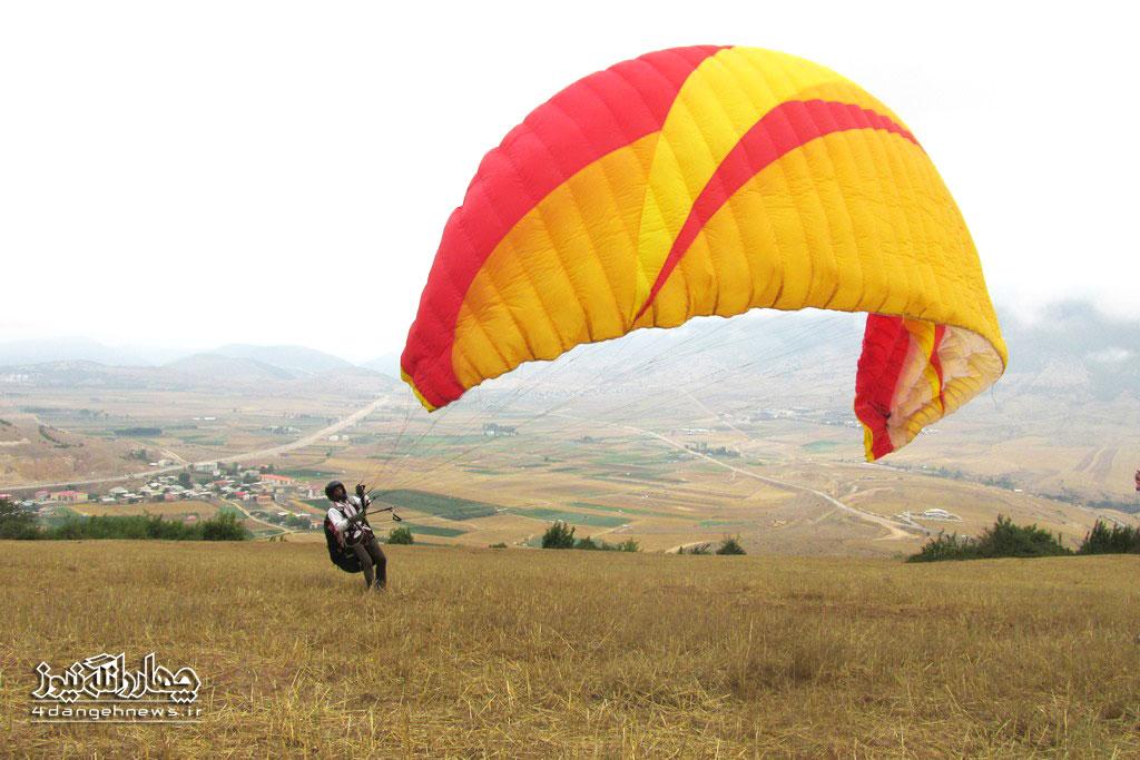 پرواز با چتربال (پاراگلایدر) بر فراز شهر کیاسر + تصاویر