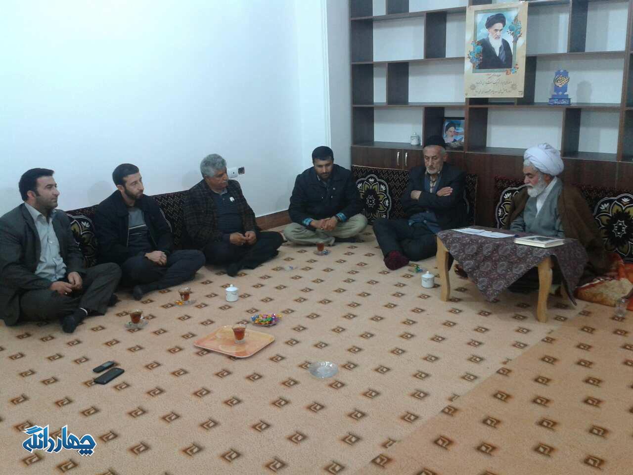 دیدار خانواده شهدا کیاسر با امام جمعه برای هماهنگی برگزاری یادواره شهدا