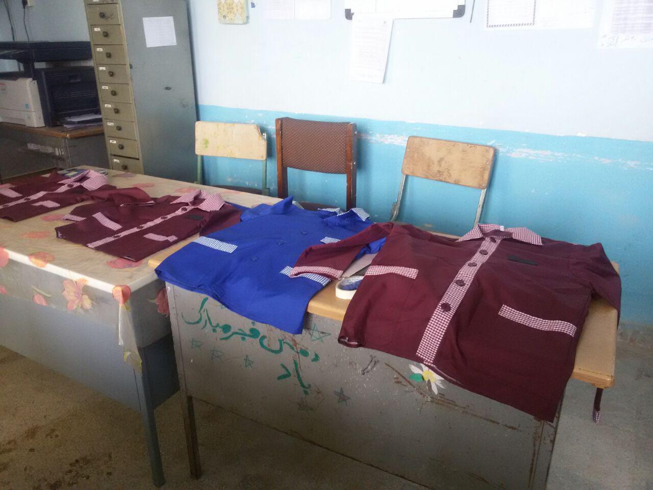 اهدای مانتو و روپوش به دانش آموزان کردمیر توسط خیریه خیمه گاه اهل بیت چهاردانگه