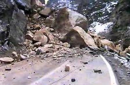 مشكل حمل سنگ هاي بزرگي كه سيل در مسير راه قرار داده است