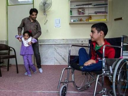 آموزگارِ برخاستن/روایت معلم کیاسری که حاضر به نشستن بر روی ویلچر نشد