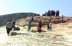 استقبال چشمگیر گردشگران در آخرین روزهای شهریور از چشمه سورت