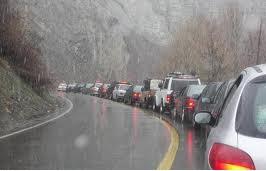 ترافیک سنگین در محورهای مواصلاتی مازندران/ جاده ها مه آلود و لغزنده است