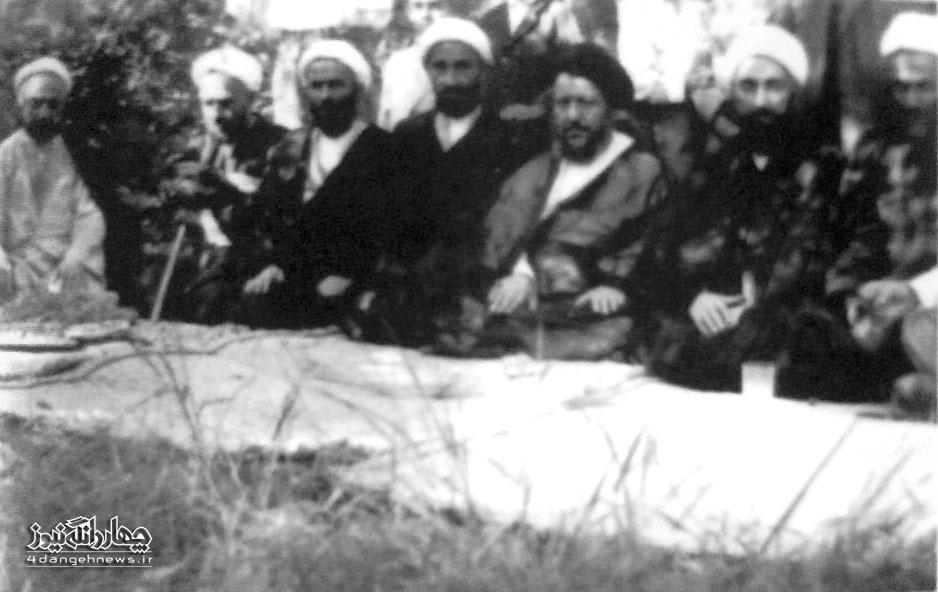 تصویر آیت الله اسدالله زمانی کیاسری در بین علمای شهر ساری 1333